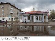 Купить «Кинешма, большая  зеркальная лужа на улице 50-летия Комсомола», эксклюзивное фото № 10435987, снято 3 мая 2015 г. (c) Дмитрий Неумоин / Фотобанк Лори