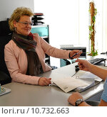 Купить «woman businesswoman friendly clerk kind», фото № 10732663, снято 20 апреля 2019 г. (c) PantherMedia / Фотобанк Лори