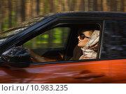 Купить «Модная женщина за рулем автомобиля», фото № 10983235, снято 15 июня 2015 г. (c) Дмитрий Черевко / Фотобанк Лори
