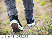 Человек в обуви идет по лесной тропинке, вид сзади, крупно. Стоковое фото, фотограф Кекяляйнен Андрей / Фотобанк Лори