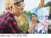Купить «Красивая блондинка-художник пишет картину», фото № 11214791, снято 8 августа 2015 г. (c) Andriy Bezuglov / Фотобанк Лори