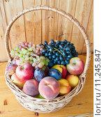 Купить «Фрукты в плетеной корзинке: яблоко, груша, персик, виноград, слива, нектарин», фото № 11245847, снято 23 августа 2015 г. (c) Екатерина Овсянникова / Фотобанк Лори