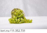 Зеленый виноград в каплях воды. Стоковое фото, фотограф Полина Соколова / Фотобанк Лори