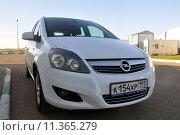 Автомобиль Opel Zafira со следами от насекомых на бампере после движения по трассе, эксклюзивное фото № 11365279, снято 25 июля 2015 г. (c) Дмитрий Абушкин / Фотобанк Лори