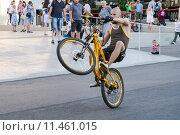 Купить «Сёрф-езда на заднем колесе велосипеда», эксклюзивное фото № 11461015, снято 22 августа 2015 г. (c) Алёшина Оксана / Фотобанк Лори