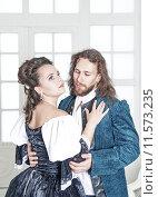 Купить «Мужчина и женщина в средневековой одежде», фото № 11573235, снято 23 августа 2015 г. (c) Darkbird77 / Фотобанк Лори