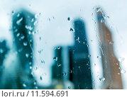 Силуэты небоскрёбов за стеклом с каплями дождя (2015 год). Стоковое фото, фотограф Максим Блинков / Фотобанк Лори