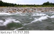 Купить «Бурное течение и перепады на реке Иркут», видеоролик № 11717355, снято 27 августа 2015 г. (c) Виктория Катьянова / Фотобанк Лори