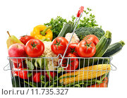 Купить «Wire shopping basket with groceries isolated on white», фото № 11735327, снято 20 июня 2019 г. (c) PantherMedia / Фотобанк Лори