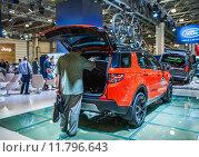 Внедорожник Land Rover Discovery Sport с открытым багажником на Международной выставке Moscow Off-road Show 2015. Редакционное фото, фотограф Алёшина Оксана / Фотобанк Лори