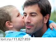 Купить «Little boy giving daddy a kiss», фото № 11827859, снято 25 июня 2019 г. (c) PantherMedia / Фотобанк Лори