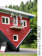 Купить «red building house skew schiefes», фото № 11860327, снято 19 июля 2018 г. (c) PantherMedia / Фотобанк Лори