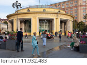 Купить «У метро Новокузнецкая. Москва», фото № 11932483, снято 28 августа 2015 г. (c) Victoria Demidova / Фотобанк Лори
