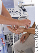 Купить «Technician using ultrasound treatment on patient's wrist», фото № 11953367, снято 22 апреля 2018 г. (c) PantherMedia / Фотобанк Лори