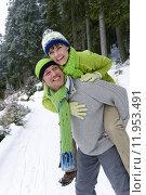 Купить «Smiling man giving wife a piggyback ride in snowy woods», фото № 11953491, снято 24 октября 2018 г. (c) PantherMedia / Фотобанк Лори