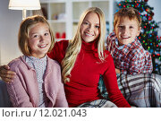 Купить «Family on xmas evening», фото № 12021043, снято 24 января 2019 г. (c) PantherMedia / Фотобанк Лори