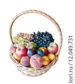 Купить «Корзинка со спелыми фруктам, изолировано на белом фоне», фото № 12049731, снято 21 января 2019 г. (c) Екатерина Овсянникова / Фотобанк Лори