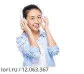 Купить «Asian young woman listen headphone», фото № 12063367, снято 26 апреля 2019 г. (c) PantherMedia / Фотобанк Лори