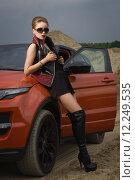 Купить «Модная женщина стоит возле автомобиля», фото № 12249535, снято 15 июня 2015 г. (c) Дмитрий Черевко / Фотобанк Лори