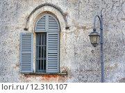 Купить «incision   in house  window   street lamp», фото № 12310107, снято 23 марта 2019 г. (c) PantherMedia / Фотобанк Лори