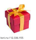 Купить «Single red gift box with golden ribbon», фото № 12336155, снято 16 июня 2019 г. (c) PantherMedia / Фотобанк Лори