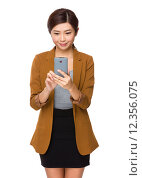Купить «Thinking Japanese businesswoman with the smartphone», фото № 12356075, снято 22 июля 2019 г. (c) PantherMedia / Фотобанк Лори