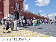 Купить «Туристы на Красной площади в Москве смотрят смену караула у Спасской башни», эксклюзивное фото № 12359467, снято 14 августа 2015 г. (c) Илюхина Наталья / Фотобанк Лори