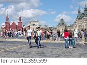 Купить «Туристы на Красной площади в Москве», эксклюзивное фото № 12359599, снято 14 августа 2015 г. (c) Илюхина Наталья / Фотобанк Лори
