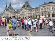 Купить «Туристы на Красной площади. Москва», эксклюзивное фото № 12359763, снято 14 августа 2015 г. (c) Илюхина Наталья / Фотобанк Лори