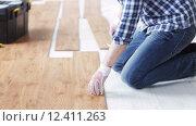 Купить «close up of man installing wood flooring», видеоролик № 12411263, снято 28 марта 2015 г. (c) Syda Productions / Фотобанк Лори