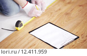 Купить «close up of man measuring flooring and writing», видеоролик № 12411959, снято 28 марта 2015 г. (c) Syda Productions / Фотобанк Лори