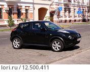 Купить «Чёрный автомобиль Nissan Juke на припаркован у обочины», фото № 12500411, снято 22 августа 2015 г. (c) Павел Кричевцов / Фотобанк Лори