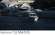 Купить «Маленький катер на фоне больших яхт», видеоролик № 12504515, снято 26 августа 2015 г. (c) Александр Багно / Фотобанк Лори