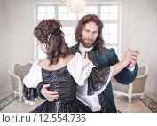 Купить «Мужчина и женщина в средневековой одежде танцуют», фото № 12554735, снято 23 августа 2015 г. (c) Darkbird77 / Фотобанк Лори
