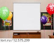 Купить «Пустой проекционный экран на стене в школьном классе первого сентября», фото № 12575299, снято 1 сентября 2015 г. (c) Элина Гаревская / Фотобанк Лори