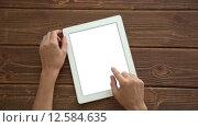 Купить «Работа на планшетном ПК на деревянном столе», видеоролик № 12584635, снято 1 сентября 2015 г. (c) Константин Колосов / Фотобанк Лори