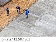 Купить «Рабочие зачищают фундамент», эксклюзивное фото № 12587803, снято 30 августа 2015 г. (c) Юрий Шурчков / Фотобанк Лори