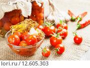 Купить «Маринованные и свежие помидоры со специями на столе», фото № 12605303, снято 2 сентября 2015 г. (c) Надежда Мишкова / Фотобанк Лори