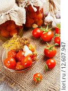 Купить «Маринованные и свежие помидоры на столе», фото № 12607947, снято 2 сентября 2015 г. (c) Надежда Мишкова / Фотобанк Лори