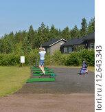 Купить «Игрок в гольф. Летний пейзаж», фото № 12643343, снято 18 июля 2015 г. (c) Валерия Попова / Фотобанк Лори