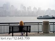 Рыжеволосая девушка сидит на скамейке на набережной (2015 год). Редакционное фото, фотограф Краснощеков Сергей / Фотобанк Лори