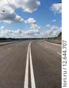 Купить «Асфальтовая дорога с двойной сплошной линией», фото № 12644707, снято 27 июля 2015 г. (c) Георгий Shpade / Фотобанк Лори