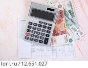 Коммунальные платежи. Квитанция, деньги и калькулятор. Стоковое фото, фотограф Александр Лычагин / Фотобанк Лори