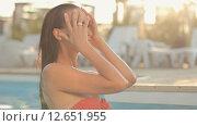 Сексуальная кареглазая брюнетка с длинными волосами улыбается в бассейне. Стоковое видео, видеограф Denis Mishchenko / Фотобанк Лори