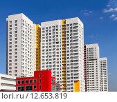 Новый многоэтажный современный жилой дом на фоне голубого неба (2015 год). Редакционное фото, фотограф Денис Приходько-Муханов / Фотобанк Лори