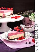 Купить «Порция вкусного праздничного торта - малиновый двухслойный чизкейк, украшен шоколадной глазурью и свежими ягодами», фото № 12654459, снято 24 августа 2015 г. (c) Ekaterina Smirnova / Фотобанк Лори
