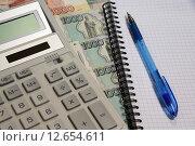 Калькулятор, деньги, тетрадь и ручка. Стоковое фото, фотограф Карданов Олег / Фотобанк Лори