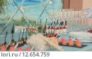 Купить «Воду разливают по стаканам», видеоролик № 12654759, снято 17 августа 2015 г. (c) Denis Mishchenko / Фотобанк Лори