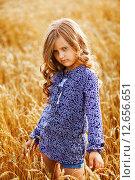 Девочка стоит в пшеничном поле. Стоковое фото, фотограф Оксюта Виктор / Фотобанк Лори