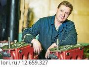 assembler worker at tool workshop. Стоковое фото, фотограф Дмитрий Калиновский / Фотобанк Лори